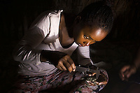 10/Septiembre/2014 Cabo Verde. Boa Vista.<br /> Una voluntaria de la Ong Bios, mide una croa recién nacida de tortuga Carettha carettha.<br /> <br /> © JOAN COSTA