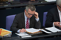 17 FEB 2016, BERLIN/GERMANY:<br /> Thomas de Maiziere, CDU, Bundesinnenminister, liest in seinen AKten, Plenum, Deutscher Bundestag<br /> IMAGE: 20160217-03-045<br /> KEYWORDS: Debatte, Thomas de Maizière, lesen, liest