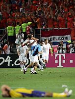 Fotball, 26. juni 2004, EM, Euro 2004, Sverige- Nederland, Schwedens Fredrik Ljungberg liegt enttauescht am Boden hinten feiern die Hollander ueber den Sieg