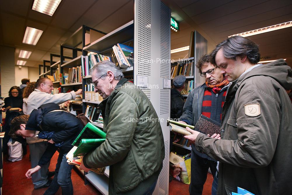 Nederland, Amsterdam , 19 december 2013.<br /> Het allergrootste deel (98%) van de KIT Bibliotheekcollectie heeft de afgelopen maanden een goed onderdak gevonden. Daar zijn wij, gezien de omstandigheden bijzonder blij mee. Er resteert nog een klein deel van de KIT bibliotheekcollectie. Help ons mee om ook voor deze laatste boeken en tijdschriften een goed thuis te vinden. Het gaat om enkele duizenden titels: dubbele boeken, tijdschriften en afgeschreven publicaties, voornamelijk Engels en Nederlandstalig. Dit deel is niet gesorteerd en ligt niet op thema.<br /> Dit allerlaatste stukje van de bibliotheekcollectie wil het KIT niet weggooien maar weggeven, zoals 'het publiek' gevraagd heeft. Het publiek kan op donderdag en vrijdag publicaties komen ophalen.<br /> <br /> Foto:Jean-Pierre Jans