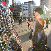 Nederland Rotterdam 21-03-2009 20090321Foto: David Rozing ..Rotterdam centrum, Jongen past zonnebril op kraampje Boy is truing out sunglasses.Foto: David Rozing