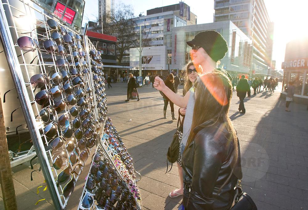 Nederland Rotterdam 21-03-2009 20090321Foto: David Rozing ..Rotterdam centrum, Jongen past zonnebril op kraampje Boy is truing out sunglasses.Foto: David Rozing