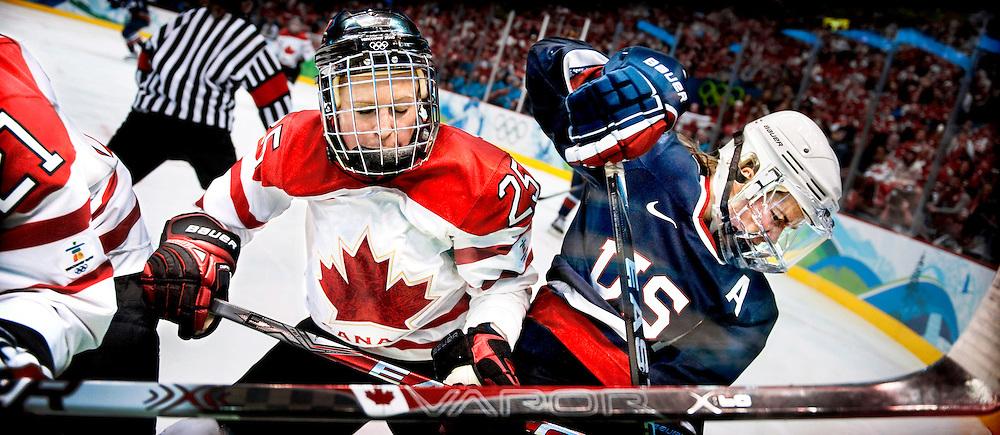 Canada, Vancouver, 25-02-2010.<br /> Olympische Winterspelen.<br /> Ijshockey, Finale , Vrouwen.<br /> Canada - USA : 2-0.<br /> Tessa Bonhomme van Canada in een gevecht aan de boarding met Jenny Potter van de USA. <br /> SERIE KJ<br /> <br /> Canada wint het goud.<br /> Foto: Klaas Jan van der Weij