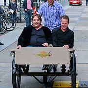 NLD/Amsterdam/20110721 - gaten bij de opname van RTL Tour de Jour, Gert Jakobs, Erik Hulzebosch en Frank Evenblij in een bakfiets