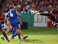 Giorgio Chiellini (ITA) gegen Bogdan Lobont (RUM). © Daniela Frutiger/EQ Images