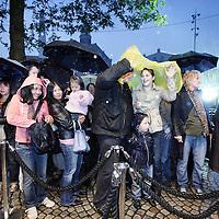 Nederland, Amsterdam , 1 oktober 2009..Het publiek wacht buiten in de regen op het moment dat de deuren van de Bijenkorf opengaan  voor de koopjes tijdens de eerste dag  van de Drie Dwaze Dagen ..Three Crazy Days, annual sale of the Bijenkorf store, promoting bargains.