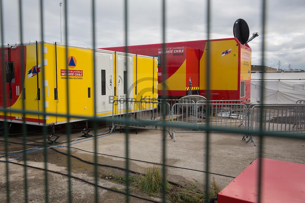 """Calais, Pas-de-Calais, France - 22.10.2016    <br />  <br /> Preperations for the upcomming eviction. So called """"Jungle"""" refugee camp on the outskirts of the French city of Calais on the weekend before the scheduled eviction. Many thousands of migrants and refugees are waiting in some cases for years in the port city in the hope of being able to cross the English Channel to Britain. French authorities announced that they will shortly evict the camp where currently up to up to 10,000 people live.<br /> <br /> Vorbereitungen fuer die anstehende Raeumung. Das sogenannte """"Jungle"""" Fluechtlingscamp am Rande der franzoesischen Stadt Calais, am Wochenende vor der angesetzten Raeumung. Viele tausend Migranten und Fluechtlinge harren teilweise seit Jahren in der Hafenstadt aus in der Hoffnung den Aermelkanal nach Großbritannien ueberqueren zu koennen. Die franzoesischen Behoerden kuendigten an, dass sie das Camp, indem derzeit bis zu bis zu 10.000 Menschen leben Kürze raeumen werden. <br /> <br /> Photo: Bjoern Kietzmann"""