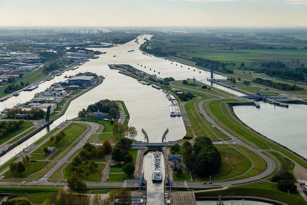 Nederland, Zeeland, Zeeuws-Vlaanderen, 19-10-2014; Terneuzen, Kanaal Gent - Terneuzen. Ingang kanaal en sluizen. <br /> Channel Gent - Terneuzen, entrance and locks.<br /> luchtfoto (toeslag op standard tarieven);<br /> aerial photo (additional fee required);<br /> copyright foto/photo Siebe Swart
