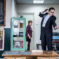 Nederland, Den Haag, 20 maart 2016.<br /> tv-opnames voor DementieTv in kamers die in jaren 50-stijl zijn ingericht (Herinneringsmuseum). DementieTv wil vanaf dit najaar dagvullende programma's verzorgen die zijn afgestemd op de verstandelijke en emotionele vermogens/behoeften van mensen met (vergevorderde) dementie.<br /> Op de foto: Luchtdirigent Richard van Roessel en op de achtergrond dr. Anneke van der Plaats tijdens de opnames.<br /> <br /> <br /> TV recordings for DementieTv in rooms decorated in 50 's style ( Memorial Museum). DementieTv will provide full-day programs this fall that are tailored to the intellectual and emotional capacities / needs of people with ( advanced ) dementia.<br /> In the photo: Conductor Richard van Roessel and in the background , Dr. Anneke van der Plaats during the shooting.<br /> Foto: Jean-Pierre Jans