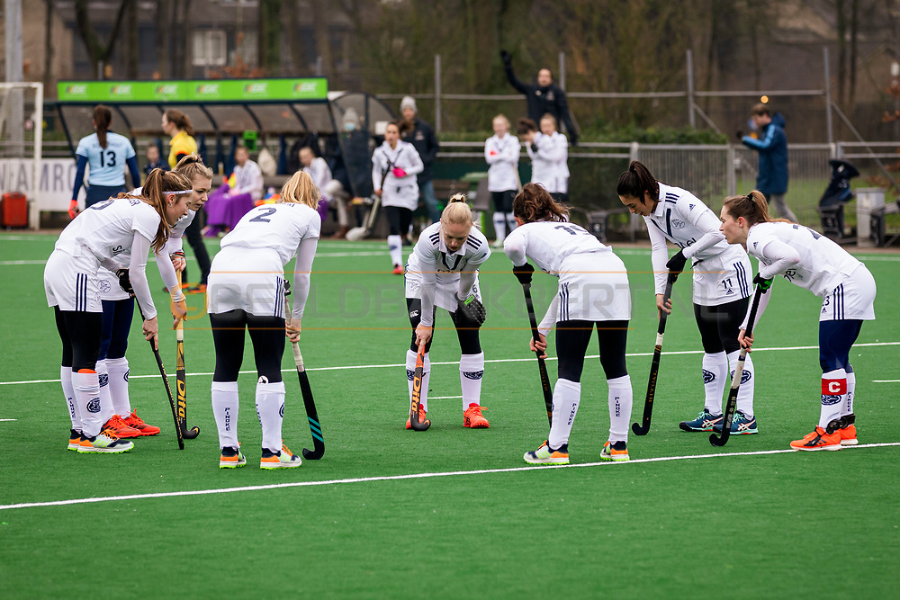 LAREN -  Hockey Hoofdklasse Dames: Laren v Pinoké, seizoen 2020-2021. Foto: Huddle voor de strafcorner Pinoké