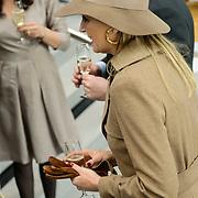 NLD/Nieuwegein//20140327 - Koningin Máxima bij viering 10 jaar ROC Midden Nederland, Maxima aan de champagne