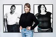 """Murzo, jeune artiste valaisanne , photographiée ce mardi 9 octobre 2018 lors de son accrochage,  qui réalise des portraits hyper-réalistes au fusain et qui vernit mercredi 10 octobre sa nouvelle exposition """"F A T"""" à la Cabine à Sion <br /> (OLIVIER MAIRE)"""
