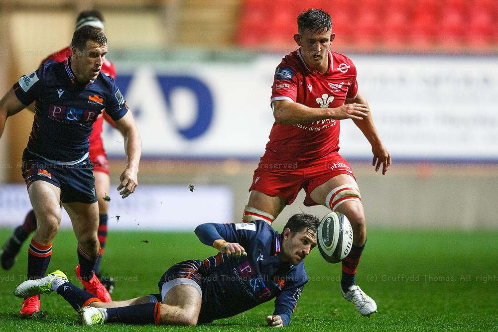 Llanelli, UK. 1 November, 2020.<br /> Scarlets lock Josh Helps puts Edinburgh scrum half Henry Pyrgos under pressure during the Scarlets v Edinburgh PRO14 Rugby Match.<br /> Credit: Gruffydd Thomas/Alamy Live News