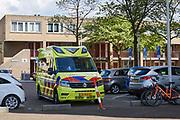 Geparkeerde ambulance in woonwijk.