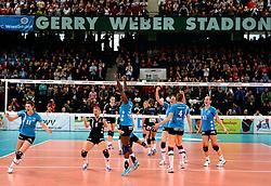 03-03-2013 VOLLEYBAL: DVV POKAL SCHWERINER SC - VC WIESBADEN: HALLE<br /> Schweriner wint vrijeenvoudig met 3-0 / Vreugde bij Schweriner na de laatste bal<br /> ©2013-FotoHoogendoorn.nl