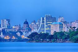 Porto Alegre é a capital do estado do Rio Grande do Sul e está localizada junto ao Guaíba, no extremo sul do país, a 2 111 km de Brasília. A cidade constituiu-se a partir da chegada de casais açorianos portugueses em 1742. O seu feriado é o dia 2 de fevereiro, dia de Nossa Senhora dos Navegantes, padroeira da cidade. Com cerca de 4,1 milhões de pessoas, em 2006, é a cidade com maior índice de desenvolvimento humano no Brasil e a capital que menos tem analfabetos. FOTO: Jefferson Bernardes/Preview.com