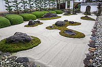 Myorenji was originally called Myorengeji rebuilt in 1394 and began to be called by its present name Myoren-ji. The main point of interest at Myoren-ji is its rock and moss garden unusual by its use of large rhododendrons and pine trees. Myoren-ji also has a smaller inner garden with flowers.