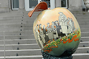 Appeltjes van Soestdijk<br /> <br /> Deze zomer staan de paleistuinen van Paleis Soestdijk volledig in het teken van de Appeltjes van Soestdijk. De kleurrijke collectie van maar liefst 50 beschilderde appels is vanaf 30 april te zien en voert u door de prachtige tuinen. De appels hebben een doorsnee van maar liefst een meter. De kunstenaars hebben zich laten inspireren door o.a. Koninklijke familieportretten, paleizen, landschappen, geschiedenis en toekomst van ons vorstenhuis. <br /> <br /> Apples of Soestdijk<br /> <br /> This summer, the palace gardens of Soestdijk are completely dominated by the Apples of Soestdijk. The colorful collection of no less than 50 painted apples can be seen from April 30 and run through the beautiful gardens. The apples have a diameter of no less than one meter. The artists were inspired by ao royal family portraits, palaces, landscapes, history and future of our dynasty.
