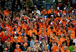 11-11-2007 VOLLEYBAL: PRE OKT: NEDERLAND - AZERBEIDZJAN: EINDHOVEN<br /> Nederland wint ook de de laatste wedstrijd. Azerbeidzjan verloor met 3-1 / Publiek, support toeschouwers Oranje<br /> ©2007-WWW.FOTOHOOGENDOORN.NL