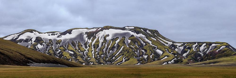 Green montain nearby Landmannalaugar, Iceland with snow. High resolution panorama   Grønt fjell med snøflekker i nærheten av Landmannalaugar, Island. Høyoppløselig panorama.