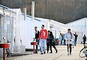 Nederland, the Netherlands, Nijmegen, 4-11-2015Kamp, tentenkamp Heumensoord, de tijdelijke noodopvang, azc, van het COA. Plaats voor 3000 asielzoekers. Mensen wandelen buiten. Door de zachte winter is het in de tenten nog niet zo koud.FOTO: FLIP FRANSSEN