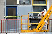 Nederland, Nijmegen, 16-3-2016Flats, maisonnettes uit de jaren 70, worden gerenoveerd door woningbouwvereniging Talis. Het werk wordt uitgevoerd terwijl de bewoners in hun huis blijven. De beplating aan de buitenkant wordt vervangen en eigentijds, en de puien krijgen dubbel glas.De wijk Aldenhof ligt in het stadsdeel Dukenburg, wat een typische stadsuitbreiding was eind jaren 60, begin jaren 70. Hoogbouw gecombineerd met laagbouw.FOTO: FLIP FRANSSEN/ HH