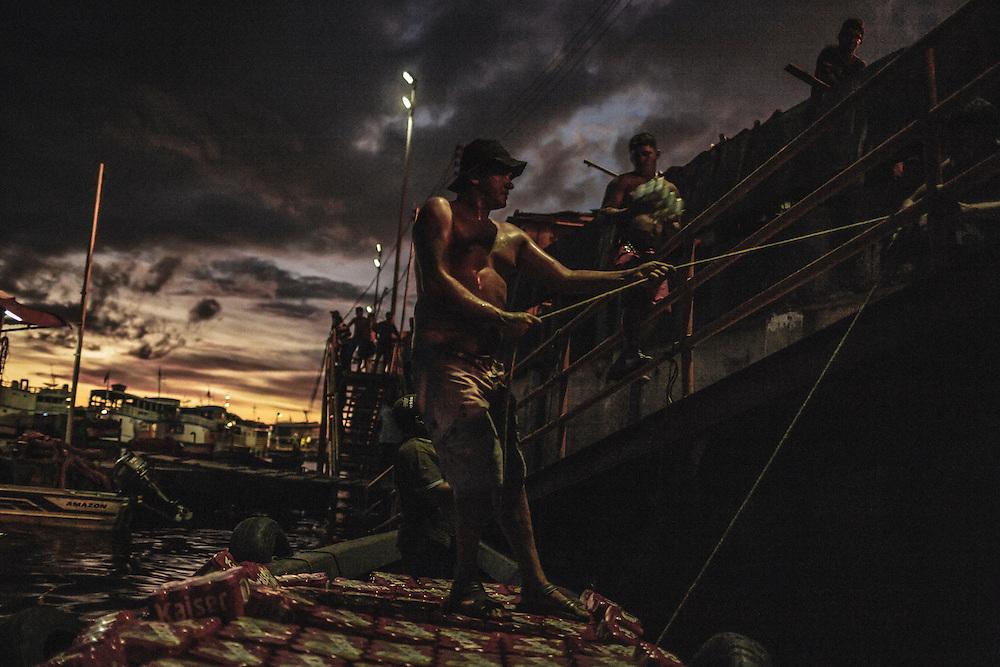 Brazil, Amazonas, rio Negro, Manaus. <br /> <br /> Quartier du port. Dockers.