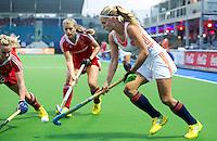BOOM -  Kitty van Male (r) in duel met de Engelse Hollie Webb (l) en Sarah Haycroft (m) tijdens de halve finale van het EK hockey tussen de vrouwen van Nederland en Engeland. ANP KOEN SUYK
