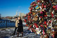Russie, Moscou, sur le pont Loujkov les jeunes mariés moscovites attachent des cadenas sur les arbres d'amour le jour de leur marriage // Russia, Moscow, love tree on the Loujkov bridge