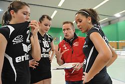 10-10-2012 VOLLEYBAL: VCO BERLIN - VT AURUBIS HAMBURG: BERLIN<br /> (L-R) Yanina Weiland, Susanne Besa, Cheftrainer Han Abbing en  Denise Imoudu<br /> ***NETHERLANDS ONLY***<br /> ©2012-FotoHoogendoorn.nl-NPH/Schultz