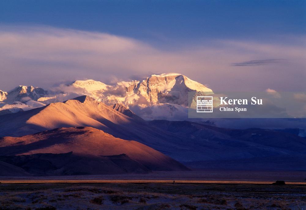 China, Tibet, Himalayas, Peak Cho Oyu at sunset