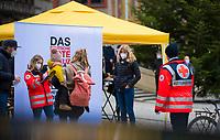 DEU, Deutschland, Germany, Tübingen, 24.12.2020: Die Tübinger Notärztin Dr. Lisa Federle (2.v.r.) vor der mobilen Corona-Teststation auf dem Tübinger Marktplatz. Bei der gemeinsamen Aktion des Deutschen Roten Kreuzes (DRK) und der Notärztin Dr. Lisa Federle werden den Bürgern kostenlose Corona-Schnelltests in der Weihnachtszeit angeboten.