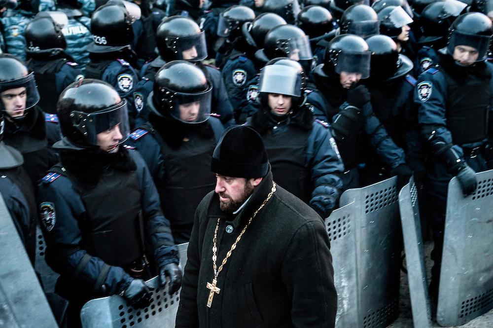 Face à face entre policiers et manifestants aux abords de la place de l'indépendance à Kiev, Ukraine dans la nuit du 10 au 11 décembre 2013.