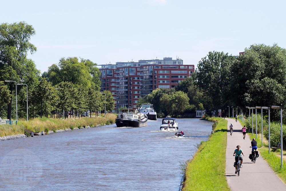 In Leiden fietsen mensen langs het  Rijn-Schiekanaal.<br /> <br /> Near Leiden cyclists are riding next to the Rijn-Schiekanaal.