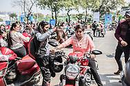 """Mars 2019. Inde. New delhi. Les Bikerni, premier club de motocyclisme féminin indien, embarquent chaque week-end pour des chevauchées sur des deux-roues mythiques à l'assaut des routes du pays. Au-delà des sensations fortes, les motardes revendiquent leur droit à l'aventure, à l'insouciance et à l'autonomie. Un vrai défi dans une société patriarcale qui entrave encore leurs libertés. Rassemblement dans le cadre de la journée internationale du droit des femmes du 8 mars """"All women power rallye"""" dédié aux femmes qui roulent en deux roues. Jasmine Kaur, 23 ans, travaille dans l'audiovisuel. Elle ne s'est jamais coupé les cheveux."""