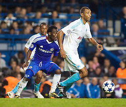 28.09.2010, Stamford Bridge, London, ENG, UEFA Champions League, Chelsea vs Olympique Marseille, im Bild Marseilles Edouard Cisse beats Chelsea's Ghanaian footballer Michael Essien. EXPA Pictures © 2010, PhotoCredit: EXPA/ IPS/ Mark Greenwood +++++ ATTENTION - OUT OF ENGLAND/UK +++++ / SPORTIDA PHOTO AGENCY