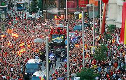 12.07.2010, Madrid, Spanien, ESP, FIFA WM 2010, Empfang des Weltmeisters in Madrid, im Bild der Triumohzug der Spanier mit einem offenen Bus durch die Strassen von Madrid, hunderttausende feiern ihre WM Helden die im Finale gegen Holland gewannen und somit Spanien der ersten Weltmeistertitel bescherten, EXPA Pictures © 2010, PhotoCredit: EXPA/ Alterphotos/ ALFAQUI/ Adrian / SPORTIDA PHOTO AGENCY