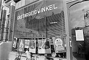 Nederland, Nijmegen, 17-2-1986De gastarbeidwinkel in de wijk Bottendaal. Hier verleenden vrijwilligers hulp aan gastarbeiders, allochtonen, uit vooral Turkije en Marokko. Hier helpt een vrouw met het invullen van formulieren.Foto: Flip Franssen/Hollandse Hoogte