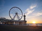 De pier met het reuzenrad tijdens zonsondergang The Hague Beach, Scheveningen - The pier with ferris wheel during sunset, The Hague Beach, Scheveningen, Netherlands