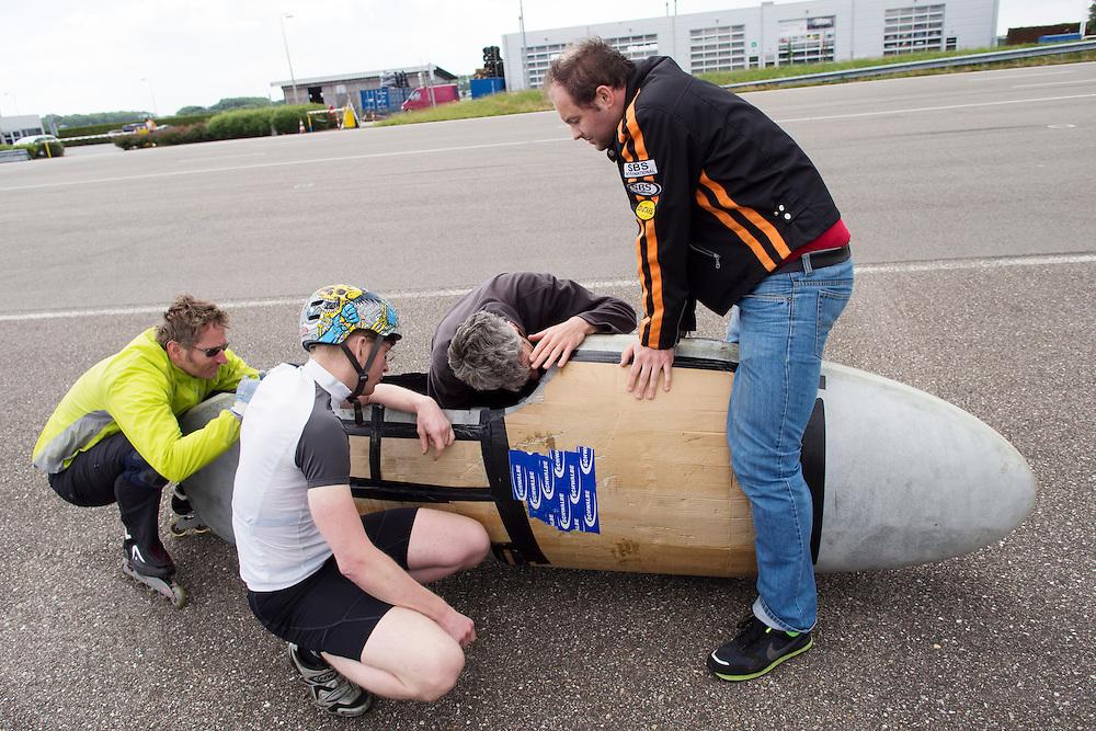 Jan van Steeg is bezig met de Cygnus, de fiets wordt nog beschermd tegen valschade met karton. Het Nederlandse team van Cygnus test op de testbaan van de RDW in Lelystad de fiets waarmee ze een record willen gaan rijden.<br /> <br /> Jan van Steeg is working on the Cygnus. The bike is still protected against damages with cardboard. Team Cygnus is testing their bike to break the world record at the test track in Lelystad.