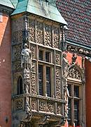 Fragment fasady ratusza z bogato zdobionym wykuszem, Wrocław, Polska<br /> Fragment of facade of town hall in Wrocław, Poland
