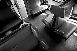 sedute dei treni ferrovie Sud Est. Reportage che analizza le situazioni che si incontrano durante un viaggio lungo le linee ferroviarie delle Ferrovie Sud Est nel Salento