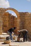 Restaurierungsarbeiten, südliche Kirche, archäologische Ausgrabungsstätte Avdat, Negev, Israel.|.restoration works, southern church, archaeological site Avdat, Negev, Israel.