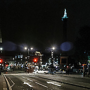 Trafalgar Square con la statua dell'ammiraglio Nelson che controlla il traffico.<br /> <br /> Trafalgar Square and the statue of Admiral Nelson that is checking the nocturne traffic.