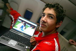 Alexandre Pato revê lances das partidas do mundial em seu laptop durante o voô de volta para  Brasil. FOTO: Jefferson Bernardes/Preview.com