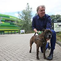 Hans Fokkens, directeur DIerenopvang Groot Amsterdam met een asielhond.