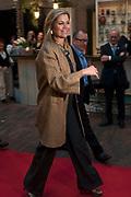 Koningin Maxima bij de vierde Taal doet meer College in Utrecht.  Tijdens deze bijeenkomst lanceert de koningin de Krachtvinder, een online portal waar werkgevers en werkzoekenden met een taalachterstand elkaar gemakkelijker kunnen vinden. <br /> <br /> Queen Maxima in the fourth language does more College in Utrecht. During this meeting launches the queen Force Finder, an online portal where employers and job seekers with a language delay can find each other easily.<br /> <br /> op de foto / On the photo:  Aankomst / Arrival