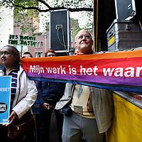 Nederland, amsterdam , 21 september 2013.<br /> Basta! Met die kreet reizen tientallen maatschappelijke organisaties vandaag af naar Amsterdam. Want daar, op het Beursplein, wordt gedemonstreerd tegen het beleid van het kabinet. Emile Roemer, fractievoorzitter van de SP, ondersteunt de actie en is er ook bij in Amsterdam.<br /> Tientallen maatschappelijke organisaties hadden de handen ineen geslagen tegen het kille bezuinigingsbeleid van het kabinet Rutte-Asscher. Duizenden verzamelden zich op het Beursplein om in een feestelijk stoet naar De Dokwerker te lopen, waar de slotmanifestatie plaatsvond.<br /> <br /> Foto:Jean-Pierre Jans