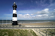 Nederland, Zeeland, Groede, 10-9-2019 Op het zeeuws vlaamse strand . Vuurtoren, breskens, zeedijk, dijk, palen, golfbreker .Foto: Flip Franssen