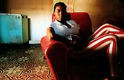 YULEISY, JEUNE CUBAINE DANS SON SALON A LA VIEILLE HAVANE..CUBA, 1998..mention obligatoire: photographie Olivia GAY